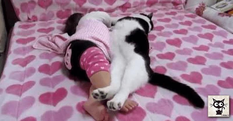 赤ちゃんが猫ちゃんで、猫ちゃんが赤ちゃん? どっちも可愛いくて癒し度2倍!